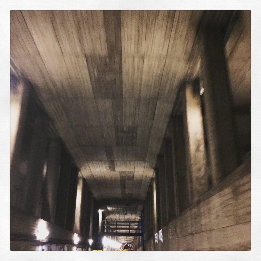 Sehr hohe Decken, wenn mehrere U-Bahn-Linien übereinander fahren (hier der Übergang)