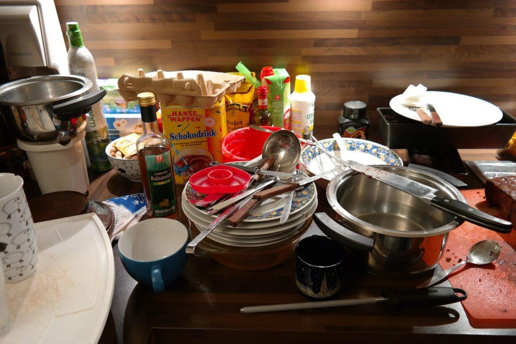 Gestapeltes Geschirr scheint eine Bedrohung für manche Menschen zu sein